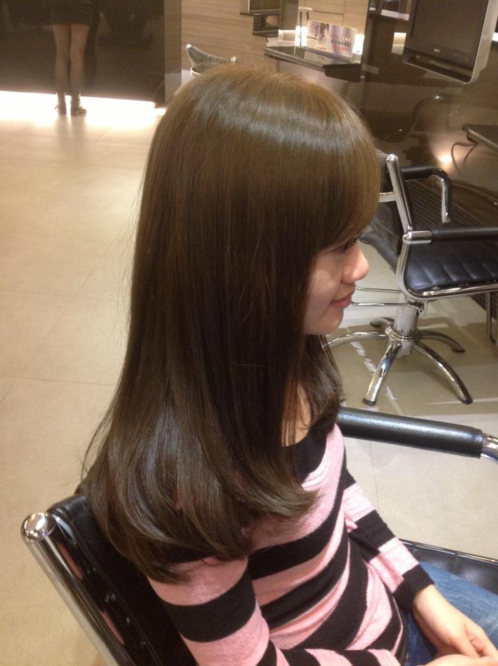 带点亚麻绿的冷棕色,使头发带点轻盈感