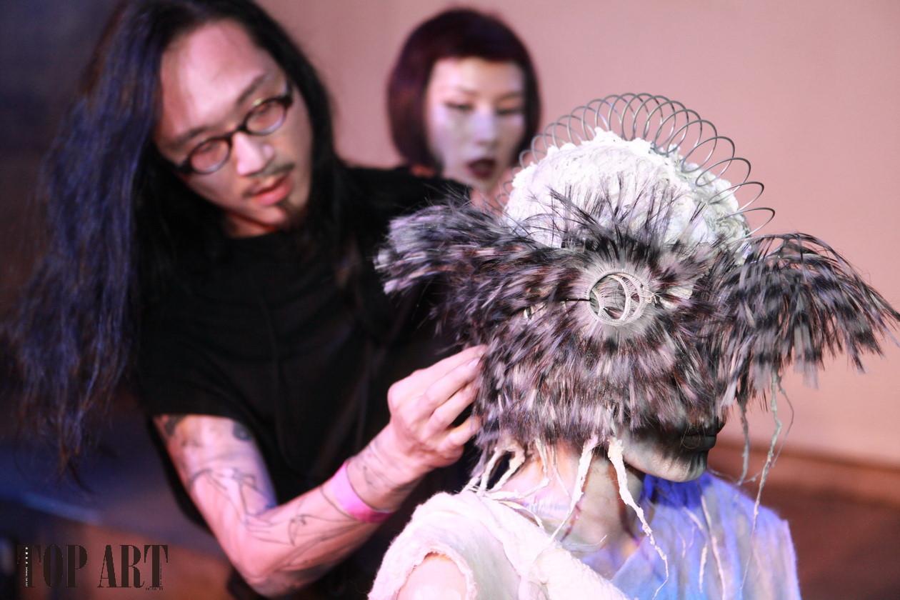 EROS Hairstyling 110 台北市信義區松仁路28號3F BELLAVITA: +886 2 8786-2099 敦南:+886 2 2740-5880 光復:+886 2 2775-2288 高雄大立:+886 7 216-5558 EROS Salon 由紐西蘭籍設計師 Berry 及 Andy 於 1989 年創立於台北東區名人巷,期望在台灣創造新的髮藝時尚潮流及髮型設計師價值,1992 年由Andy 領軍進駐甫落成於的台北敦化南路遠企 shopping mall ,開啟了高級 Sal